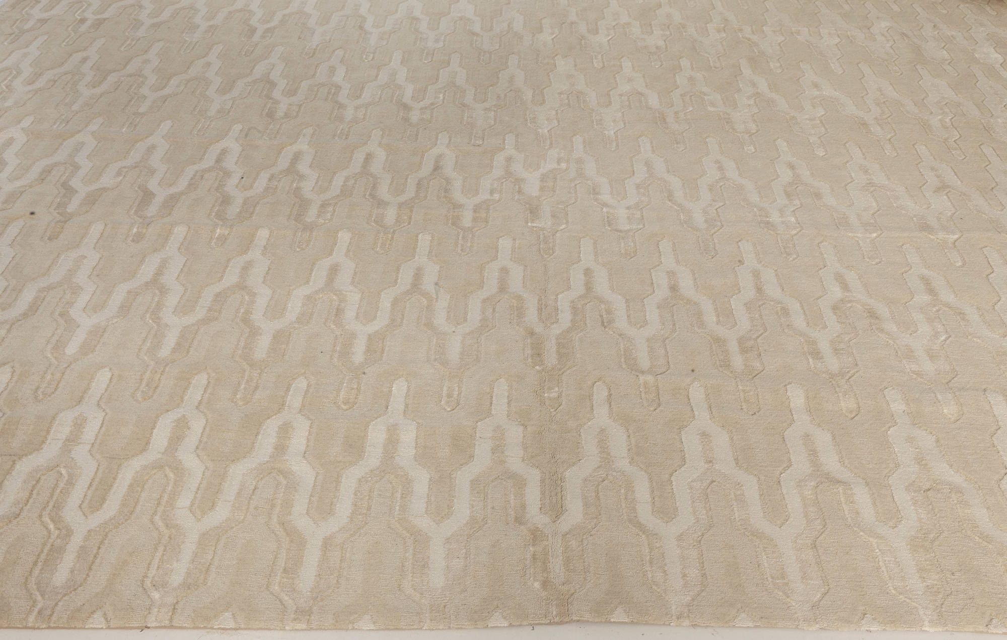 Contemporary Global Off-white and Beige Hand-knotted Wool Rug N10834