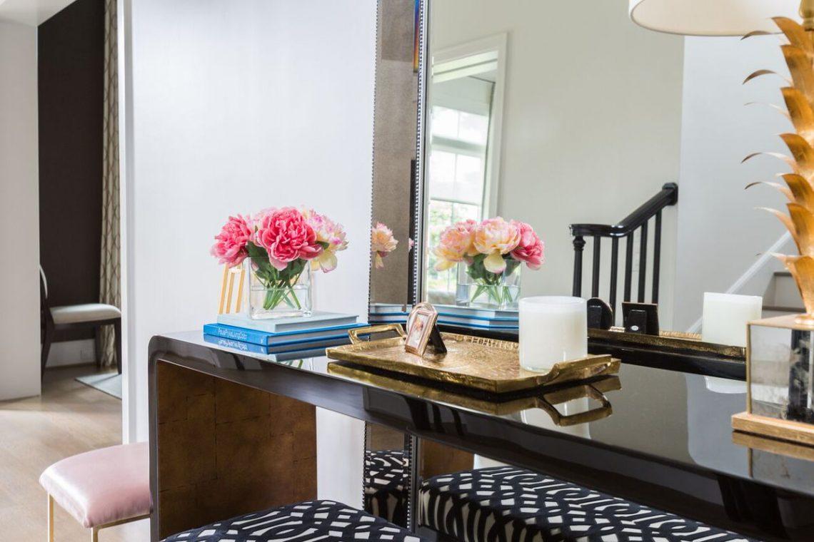 fresh flowers in living room, fresh flowers interior decor, bar cart elegant modern interior decor, elegant living room, glamour interior, white ruh