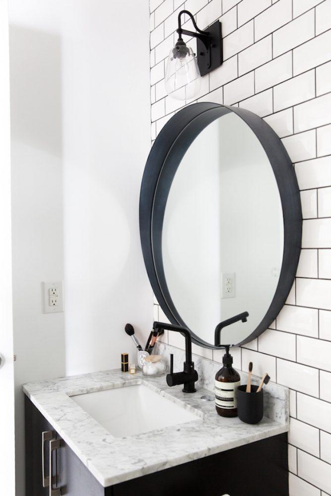 farmhouse bathroom, farmhouse decorating, rustic bathroom, vintage bathroom, farmhouse interior, bathroom decorating, bathroom decor, wooden bathtub, round mirror, shabby chic bathroom, shabby chic decorating