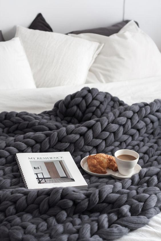 autumn-hygge-home-decorating-fall-decorations-cozy-bedroom