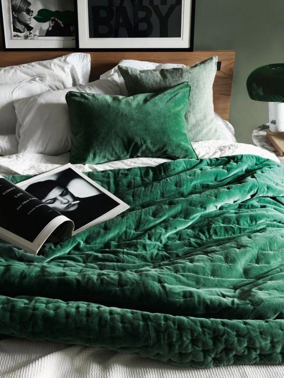 interior-decor-trends-2018-emerald-green-velvet-bedroom-decor