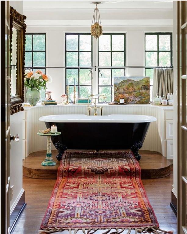 2018 interior decor trends, oriental rug in bathroom
