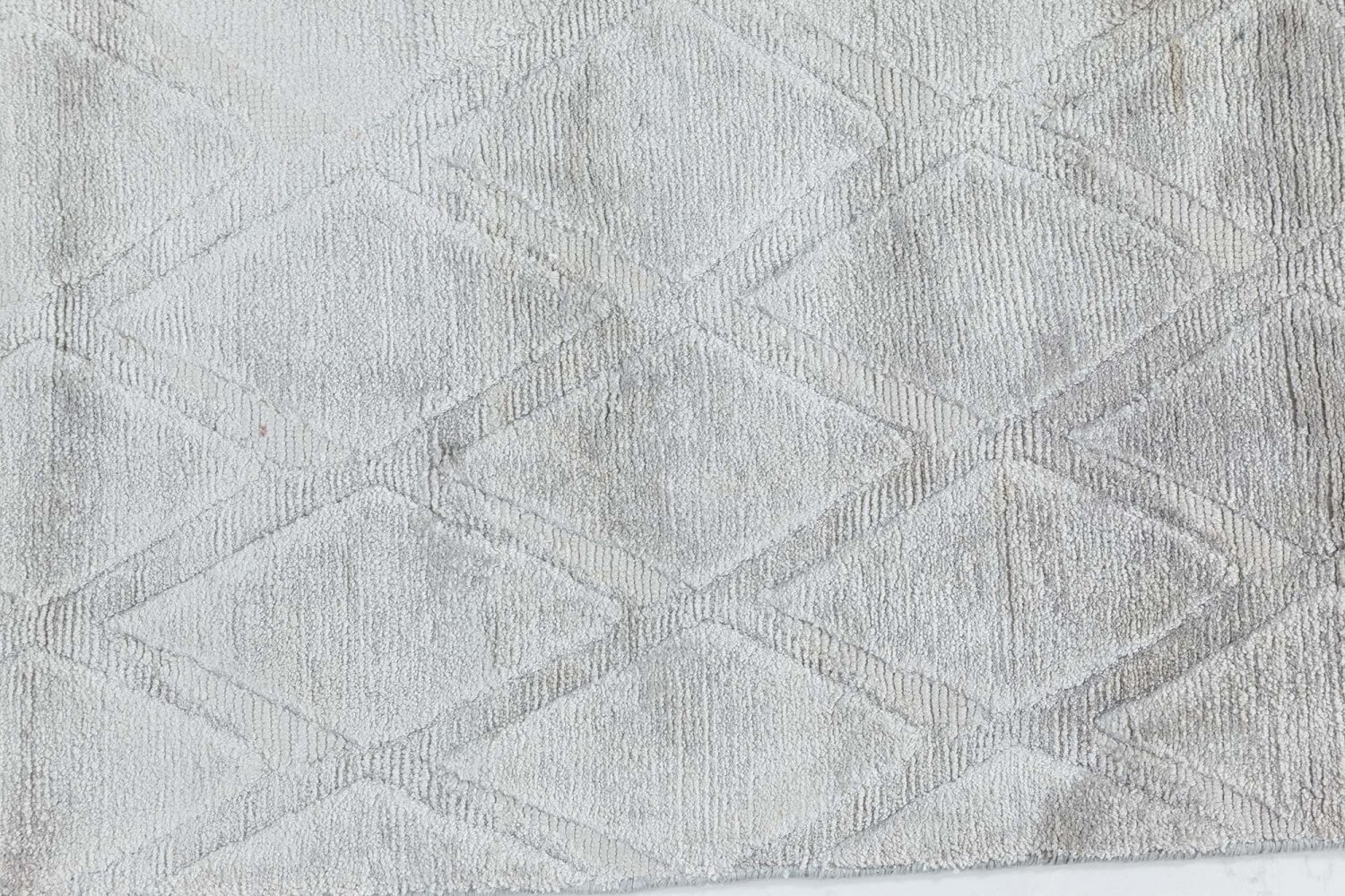 Silver Diamonds Silk Rug N12142