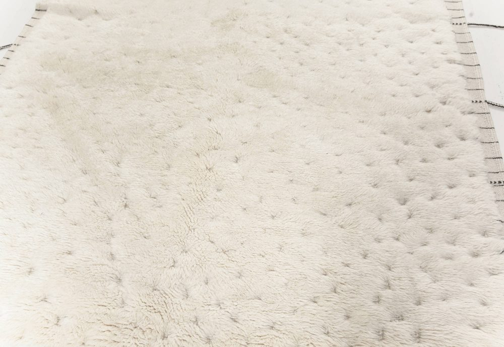 Tribal Style Moroccan Rug in White Wool with Tassels N12179