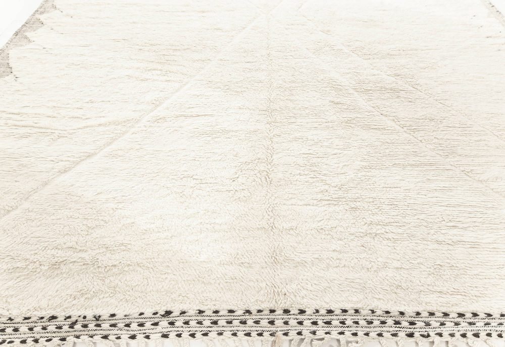 Tribal Style Moroccan Rug in White and Charcoal Grey Wool N12185