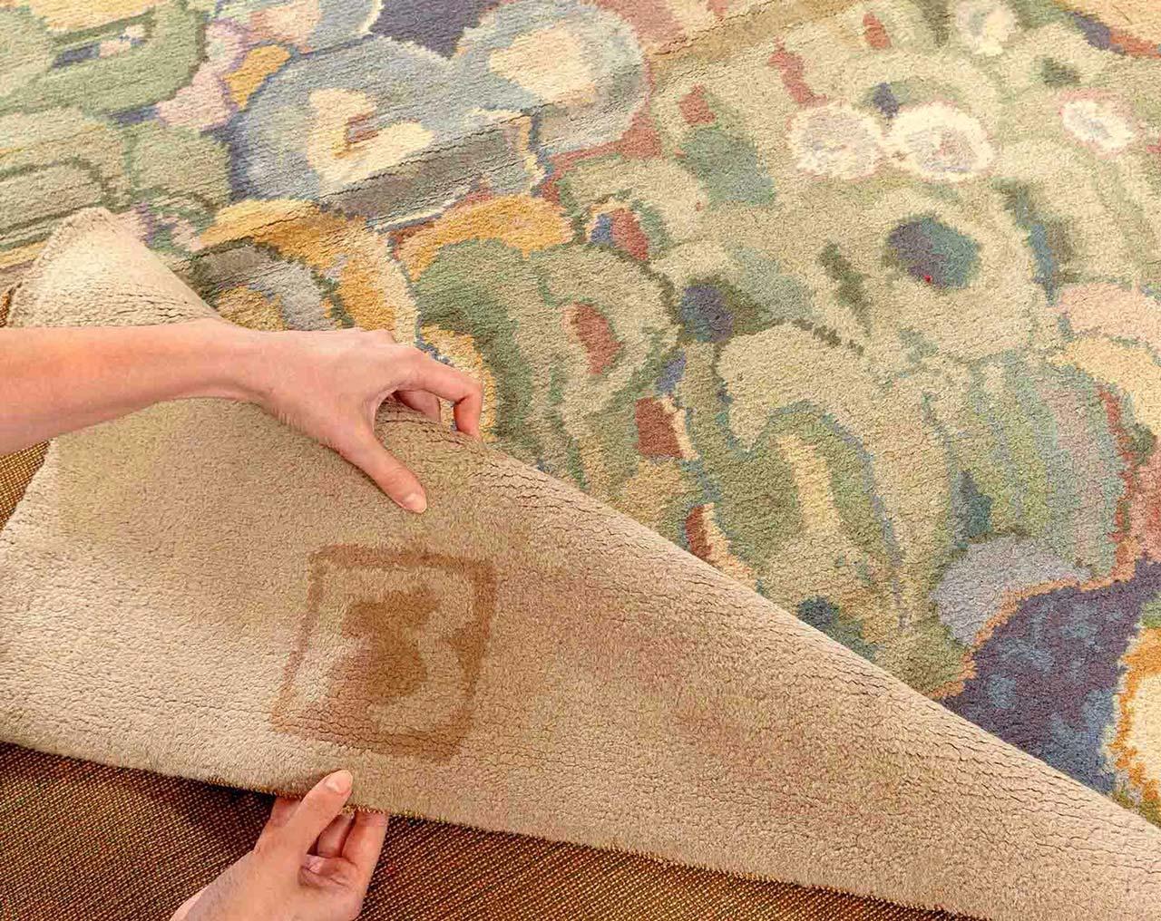Der Teppich trägt an zwei Enden die eingewebten Initialen des Künstlers: FB.